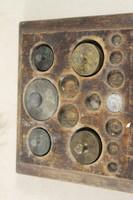 Antik fa súlytartó súlyokkal 138