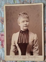 Kabinetfotó, vizitkártya: Hölgy 1880 k.