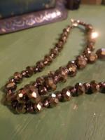 45 cm-es , fazettált , csillogó arany üveggyöngyökből álló nyaklánc .