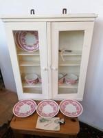 Retro fali szekrényke, fa polcokkal, üvegezett ajtókkal