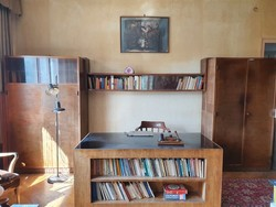 2 Bauhaus szekrény (egyik vitrines) és köztük áthidaló könyv- vagy nipp-vitrin