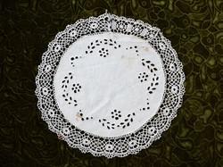 Madeirás madeira hímzés vert csipke kis terítő asztal közép szecessziós dekoráció 36 cm