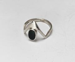 Modern ezüst gyűrű zománc díszítéssel.