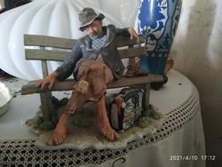 Élethű porcelán figura / koldús
