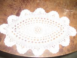 Csodaszép fehér antik ovális kézzel horgolt kis terítő