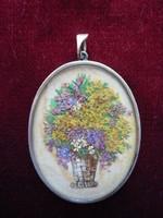 Ezüst medál, antik szárított virágok vázában műalkotás.