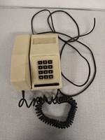 Bézs és zöld nyomógombos telefon