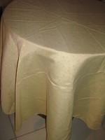 Gyönyörű kerek apró mintás selyemdamaszt terítő