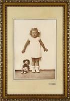 1E144 Régi keretezett kislány gyermek babával AUER fotográfia ~1940