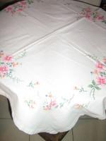 Gyönyörű vintage színes virágos kézzel hímzett keresztszemes fehér terítő