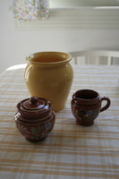 Rusztikus kompozíció sárga váza és barna népművészeti cukortartó és kiöntő