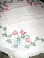 Csodaszép kézzel hímzett virágcsokros keresztszemes fehér kézimunka terítő