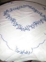 Csodaszép kézzel hímzett keresztszemes kék motívumos fehér terítő