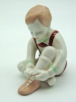 B599 Aquincumi cipőt húzó fiú - szép hibátlan állapotban