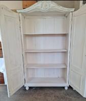 Retro Fehér fa ruhás szekrény.