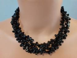 Fekete, háromsoros nyaklánc (talán valamilyen ásvány)