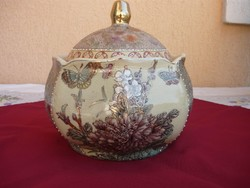 Egy gyönyörű nagyméretű fedeles porcelán kaspó.