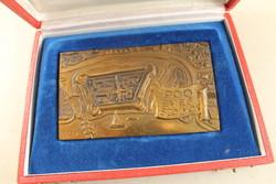 Szignált bronz plakett dobozában 185