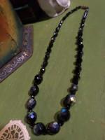 46 cm-es , kékes- lüszteres fényű és fekete , fazettált kristálygyöngyökből álló , retro nyaklánc .