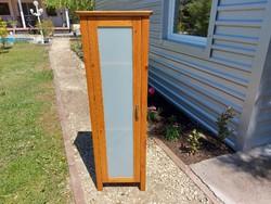Eladó egy IKEAS vitrines kiskomód. Bútor szép állapotú. Méretei: 42 cm x 31 cm x 130 cm magas. Száll