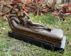 Szofán fekvő női akt - bronz szobor műtárgy