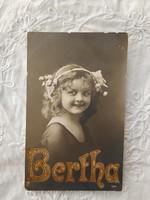 Antik fotólap/képeslap aranyozott, dombornyomott Bertha felirattal, kislány 1920-as évek