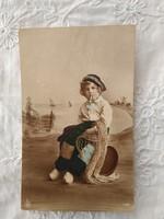 Antik kézzel színezett fotólap/képeslap kisfiú fapapucsban, matróz ruhában, cigaretta 1916
