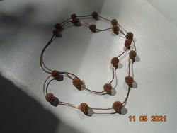 Nagyon érdekes, dekoratív nyakék arany színű vékony spirál sodrony gyöngyökből aranyozott nyakláncon