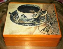 Fenyő dobozában 6 db parafa poháralátét
