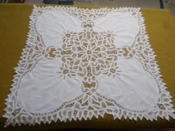 Gyönyörű szalagos csipkével díszített hófehér hímzett terítő.