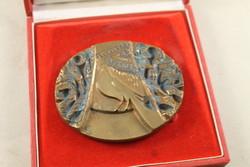 Szignált képcsarnokos bronz plakett 194