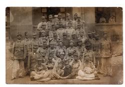 Katona csoportkép Szemüveges katona, lövészbojt, tölténytáska, bőrkötényes katona