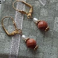 Antik ezüst fülbevaló, vörös eredeti napkő - aranylón csillámos és tenyésztett gyöngy kombináció
