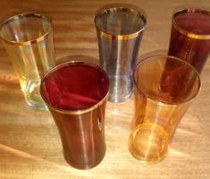 Színes üdítős poharak