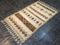 MAROKKÓI kézi csomózású gyapjú szőnyeg, 122 x 228 cm