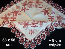 Antik, tulipános, virágos hímzett vászon terítő horgolt széllel 58 x 58 cm + 8 cm csipke