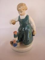Royal Dux porcelán építőkockával játszó kisfiú