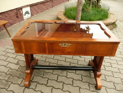 KURIÓZUM! Restaurált, antik biedermeier felnyitható tetejű fekvő vitrin, ékszer tartó vagy íróasztal