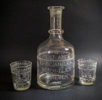 Fújt, köszörült borosüveg két pohárral - 1897-ből