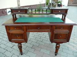 Antik, kisebb méretű, térbe rakható, építményes íróasztal új valódi ausztrál gyapjú betéttel