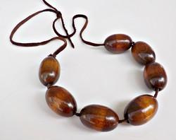 Bőr nyaklánc nagy fa gyöngyökkel