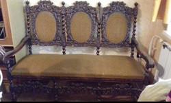 Reneszánsz vagy neoreneszánsz stílusú csavart oszlopos faragott antik kanapé heverő szófa