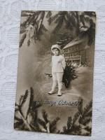 Antik karácsonyi képeslap/üdvözlőlap kisfiú, erdő, fenyő, szánkó, toboz 1914