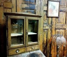Vitrines kis szekrény, patinás fiókos fali szekrény, 19. sz. vége