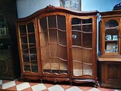 Nagy méretű üvegezett barokk szekrény