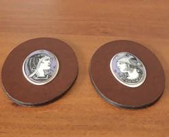 2 db Hollóházi Szász Endre porcelán lila medal egyszerű bőr keretben