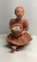 Illár Erzsébet kosaras ülő lány kerámia szobor új állapotban