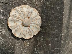 Kovácsoltvas díszítőelem, fehér virág