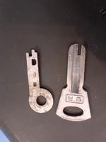 2 db különleges régi kulcs (jármű? bőrönd? gép?)