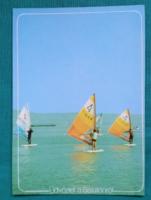 Szörfözők a Balatonon, háttérben kikötő hegyekkel. Sport, szórakozás.használt képeslap